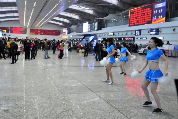 china-dalian-airport-uses-cheerleaders-to-pacify-delayed-passengers-01-600x400.jpg