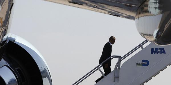 Obama goes up plane steps - Larry Downing Reuters - banner.jpg