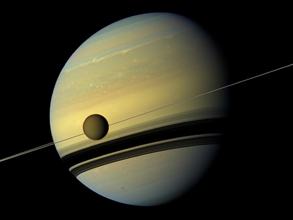 शनि और उसके विशाल चंद्रमा टाइटन का आश्चर्यजनक क्लोज-अप चित्र - अटलांटिक