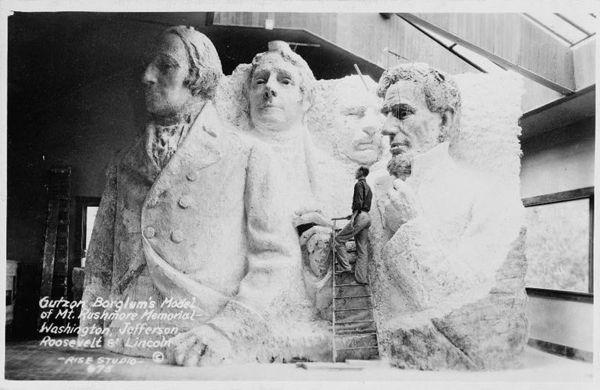 800px-Gutzon_Borglum's_model_of_Mt._Rushmore_memorial.jpg