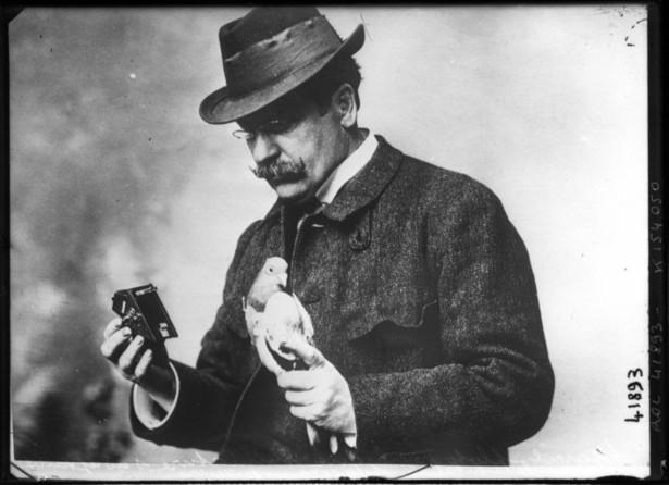 Julius_Neubronner_with_pigeon_and_camera_1914.jpg