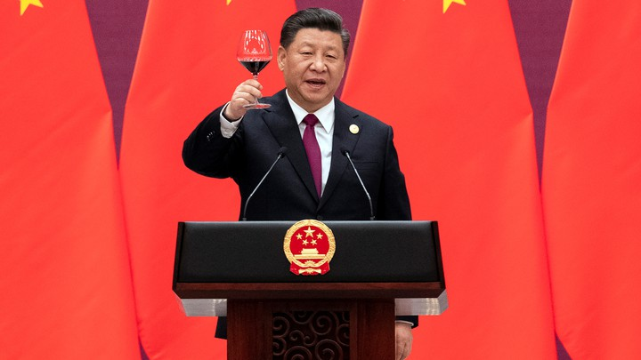 Xi Jinping raises his glass and proposes a toast at the end of his speech.
