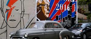 Murals depicting David Bowie and Bernie Sanders in the Silver Lake neighborhood of Los Angeles