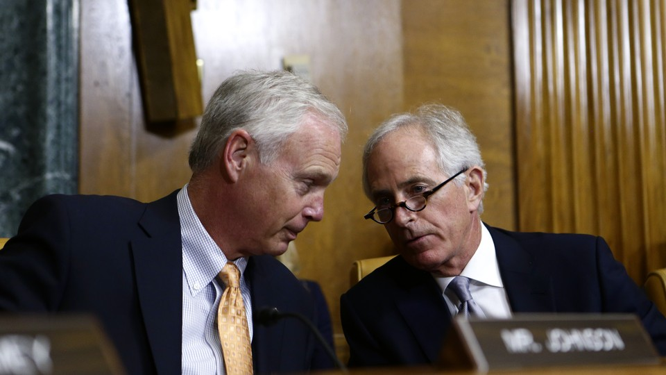 Senators Ron Johnson of Wisconsin (left) and Bob Corker of Tennessee talk at a committee hearing.