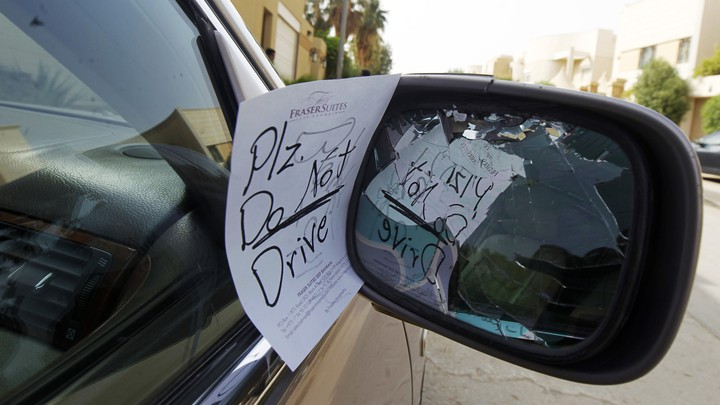 A note reading 'Plz do not drive' is placed by an unknown person on female driver Azza Al Shmasani's car
