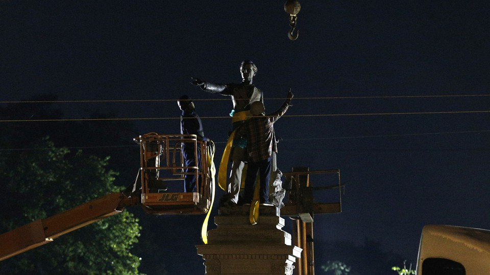 A construction crew removesa monument of Jefferson Davis in New Orleans on May 11, 2017.