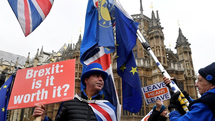 Pro- and anti-Brexit protesters demonstrate outside Parliament in December 2018.
