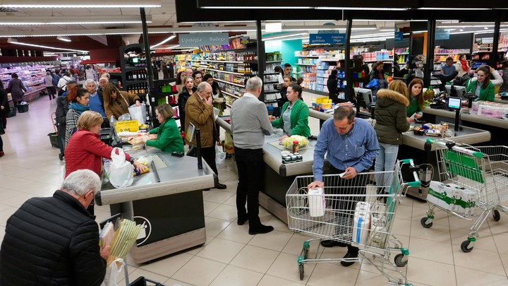 People grocery shopping in Spain to prepare for the coronavirus