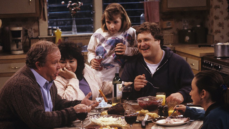 Roseanne and her family around the dinner table in 'Roseanne'