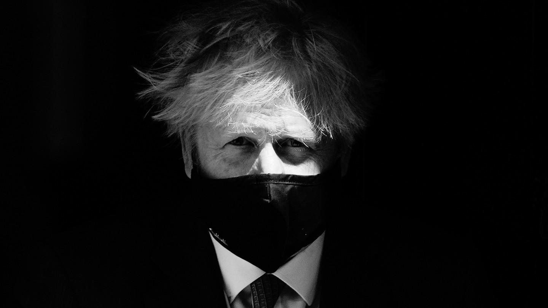 Boris Johnson wears a mask.