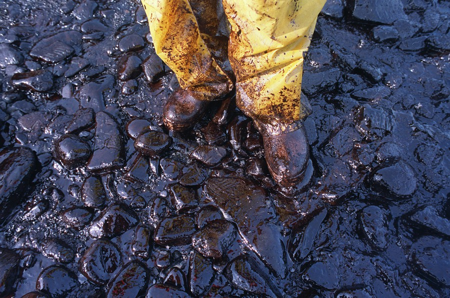 Foto 11 April 1989, terlihat tumpahan minyak mengotori pantai dan terumbu karang