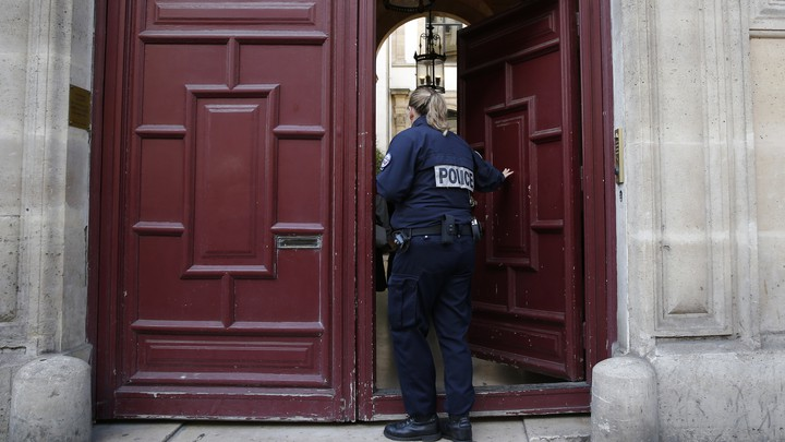 A police officer enters theresidence on the Rue Tronchet in Paris, France, where Kim Kardashian West was robbed.