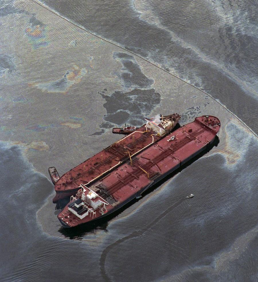Foto: Terlihat tumpahan minyak berada di sekitar kapal Exxon Valdez