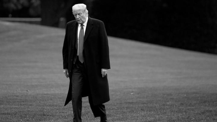 Trump walking on White House lawan