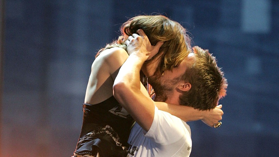 Rachel McAdams and Ryan Gosling re-create their kiss from 'The Notebook'