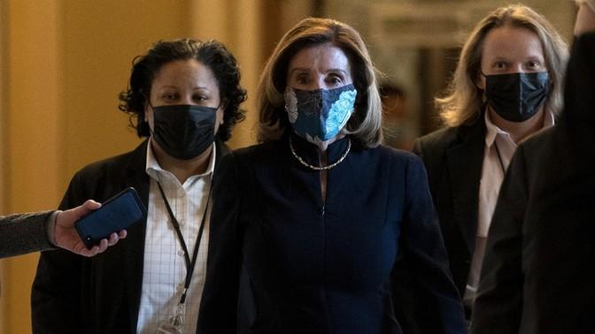 Foto Nancy Pelosi yang memakai topeng