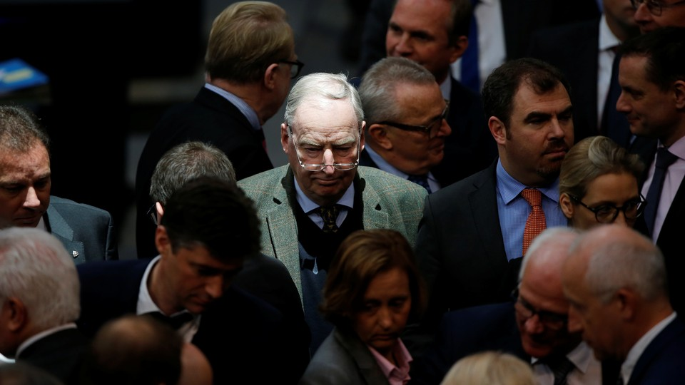 Alexander Gauland stands in the middle of a crowd of people at a meeting of the Bundestag in February.