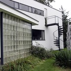 a photo of Walter Gropius's house in Lincoln, Massachusetts.