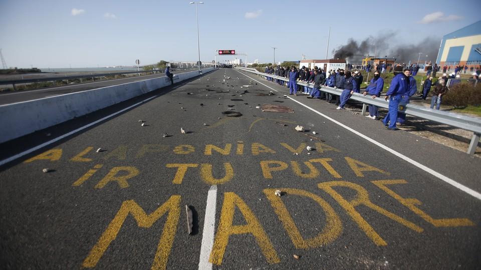 """Graffiti on a street that reads """"A la ponia va ir tu puta madre"""""""