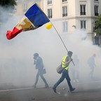 a photo of yellow vest protesters in Paris, France.