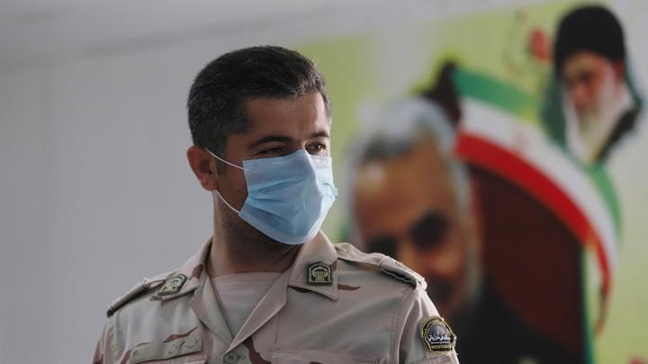 An Iranian border guard wears a mask.